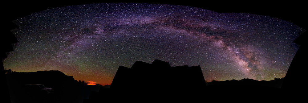 This is my first attempt at a Milkyway arch, and it happened spontaneously. I didn't even cover the entire area of the picture. The black bulk in the center is a section I didn't photograph.